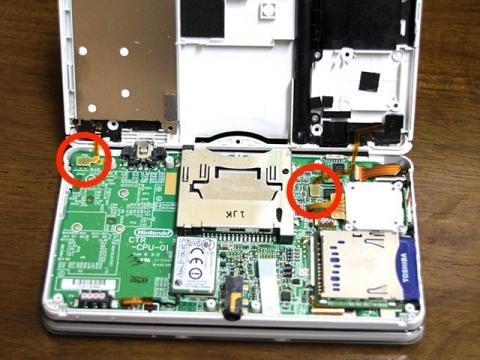 3DS裏面ケースに接続されているケーブル