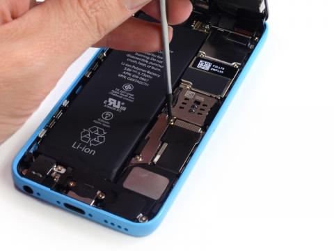 iPhone5c コネクターカバーを外す